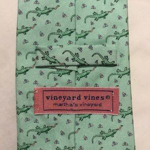 Like green vineyard vines tie with lizards